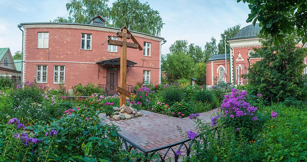 Здание общины староверов и Успенский храм на втором плане