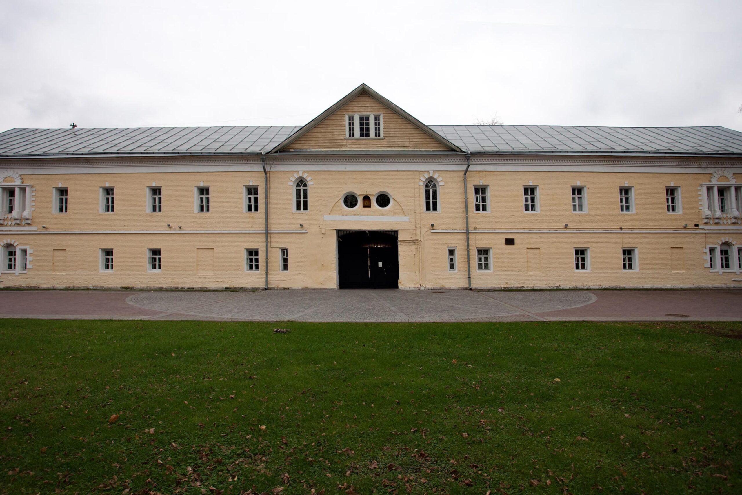 Надвратный корпус женского двора