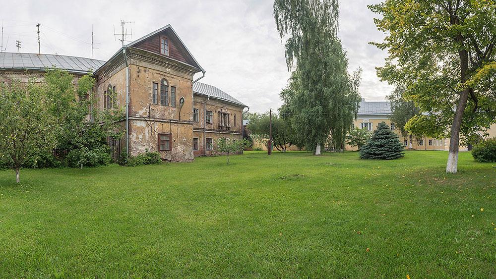 Вид на здание по адресу: ул. Преображенский вал, 17Бс3, женского двора Преображенского монастыря (лето, 2019 г.)