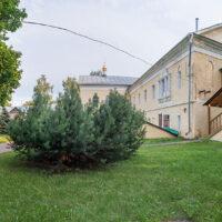 Вид на Надвратный корпус женского двора Преображенского монастыря (лето, 2019 г.)