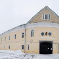 Надвратный корпус женского двора Преображенского монастыря (зима, 2019 г.)