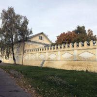 Часть стены, на втором плане Надвратный корпус монастыря женского двора Преображенского монастыря