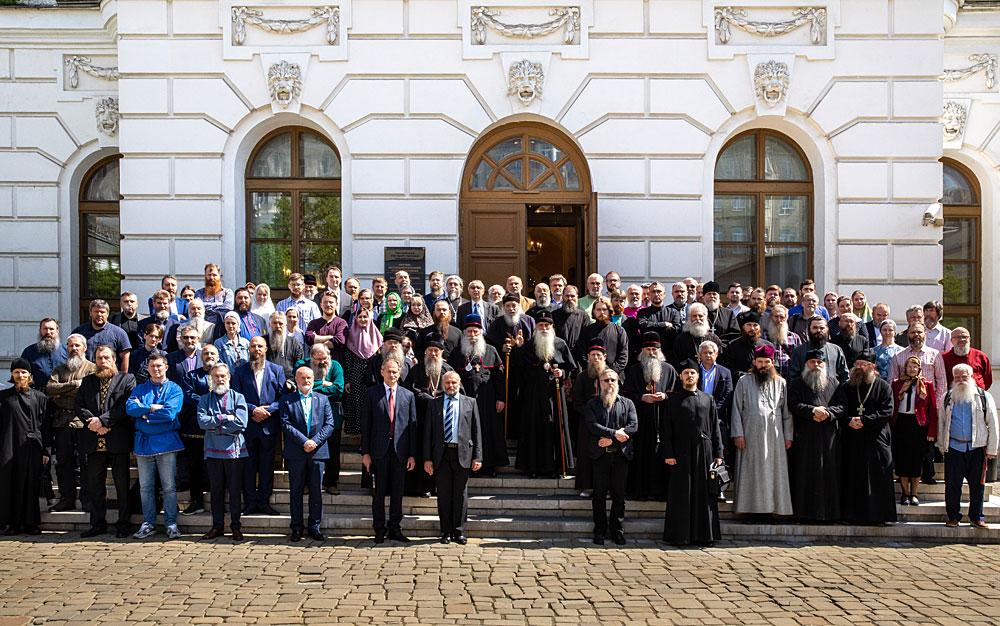 Совместная фотография участников Форума у входа в Пашков Дом (РГБ)